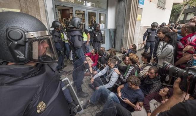 Los Mossos se llevan las urnas, en el instituto Jaume Balmes de Barcelona.