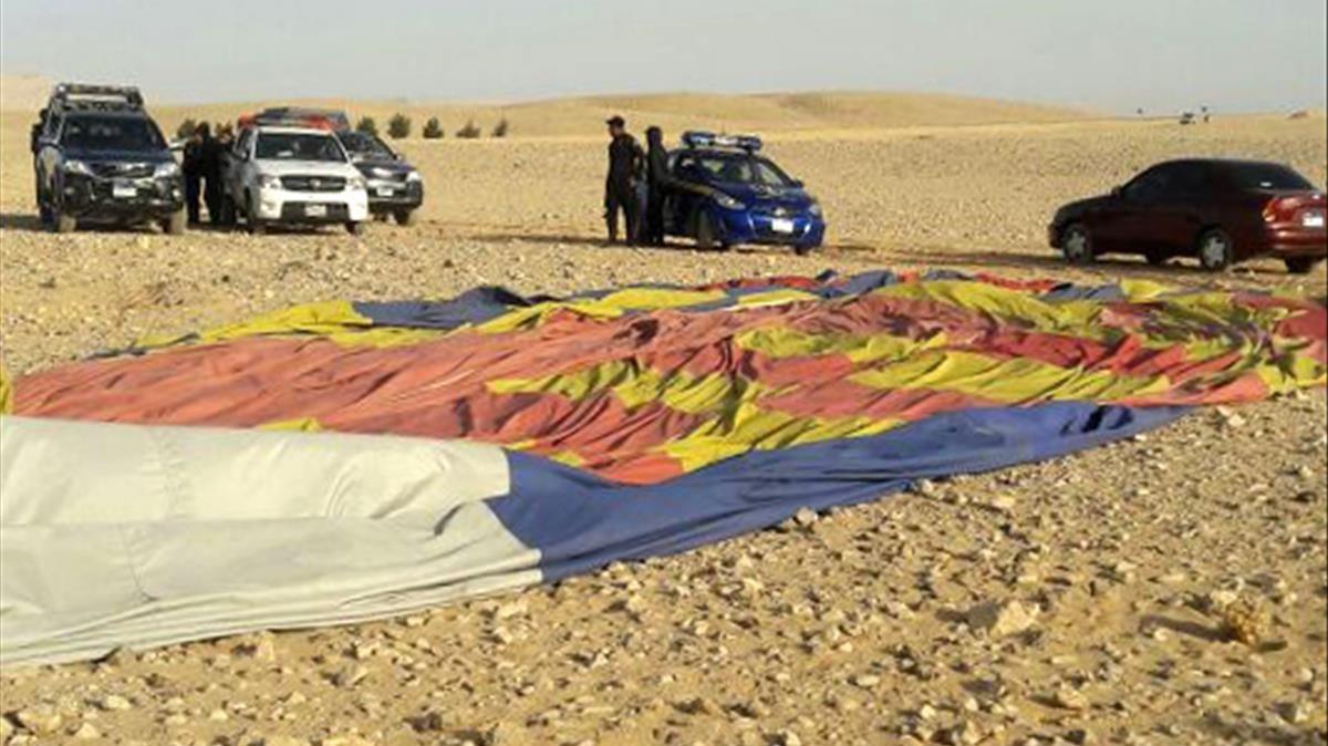Los restos del globo cerca de la ciudad ancestral de Luxor, tras el fatal accidente.