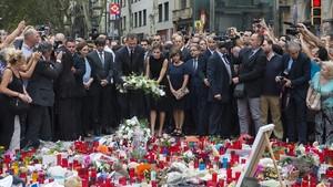 Los Reyes hacen una ofrenda de flores en las Ramblas, dos días después del atentado, el 19 de agosto del 2017.