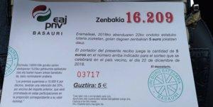 Participación de un cuarto de décimo de la lotería de Navidad emitida para el sorteo de este año por la sede del PNV en Basauri (Vizcaya). En el aviso central, la indicación de que se trata de lotería del país vecino.