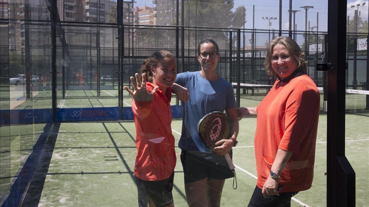 La padelista Lucía Sainz junto a su entrenadora, Marcela Ferrari (a la izquierda), y a Mónica Espadaler, la organizadora del certamen (a su derecha).