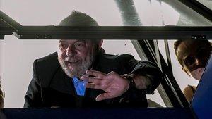 Lula da Silva saluda el pasado6 de abril alos militantes del Partido de los Trabajadores tras conocer la decisión judicialque ordenósu ingreso en prisión.
