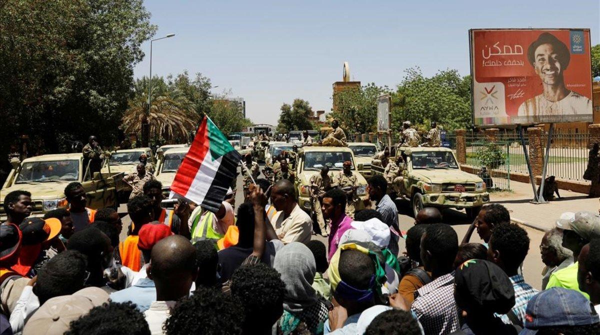 Manifestantes protestan ante las fuerzas de seguridad sudanesas en Kartum.