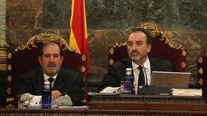 El juez Manuel Marchena (derecha), durante una vista en el Supremo.