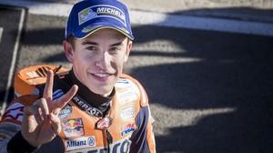 Marc Márquez (Honda), siempre sonriente, celebra la pole lograda hoy en Cheste (Valencia).