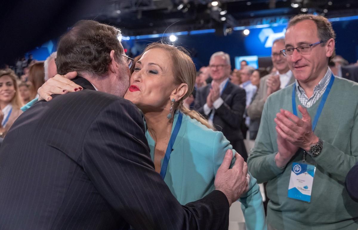El presidente del Gobierno, Mariano Rajoy, saluda a la presidenta de la Comunidad de Madrid, Cristina Cifuentes, en presencia del dirigente popular Alfonso Alonso, la semana pasada en Sevilla.