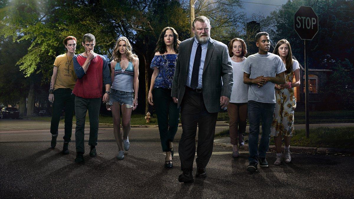 Imagen promocional de la serie Mr Mercedes, con el actot protagonista, Brendan Gleeson, en el centro.