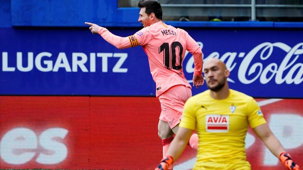 Messi celebra su primer gol ante el Eibar mientras Dmitrovic se muestra desolado.