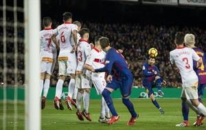 Messi lanza la falta que sería el gol de la victoria, el domingo, ante el Alavés.
