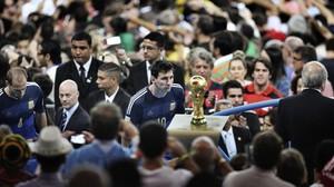 Messi mira la Copa del Món després de la derrota a Maracaná. Fotografia guanyadora del World Press Photo d'Esports 2015.