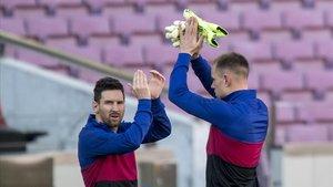 Messi y Ter Stegen saludan antes de iniciarse el encuentro de Liga entre el Barçay Osasuna.
