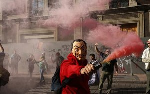 Manifestantes realizan pintas durante una marcha en la Ciudad de México.
