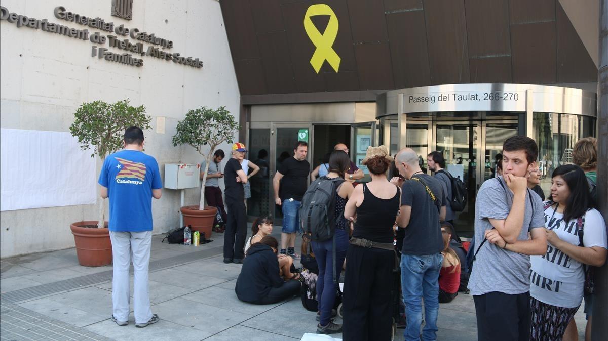 Miembros del CDR ante la entrada del Departament de Treball.