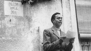 Miguel Hernández, en abril de 1936, rindiendo homenaje a Ramón Sijé.