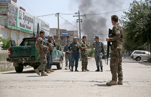 Militares afganos rodean los accesos a la zona del atentado, en Jalalabad.