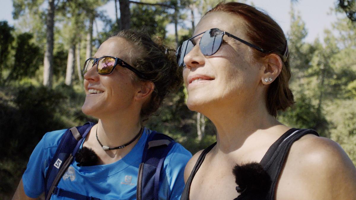 Núria Picas junto a Emma Vilarasau, de camino a Montserrat