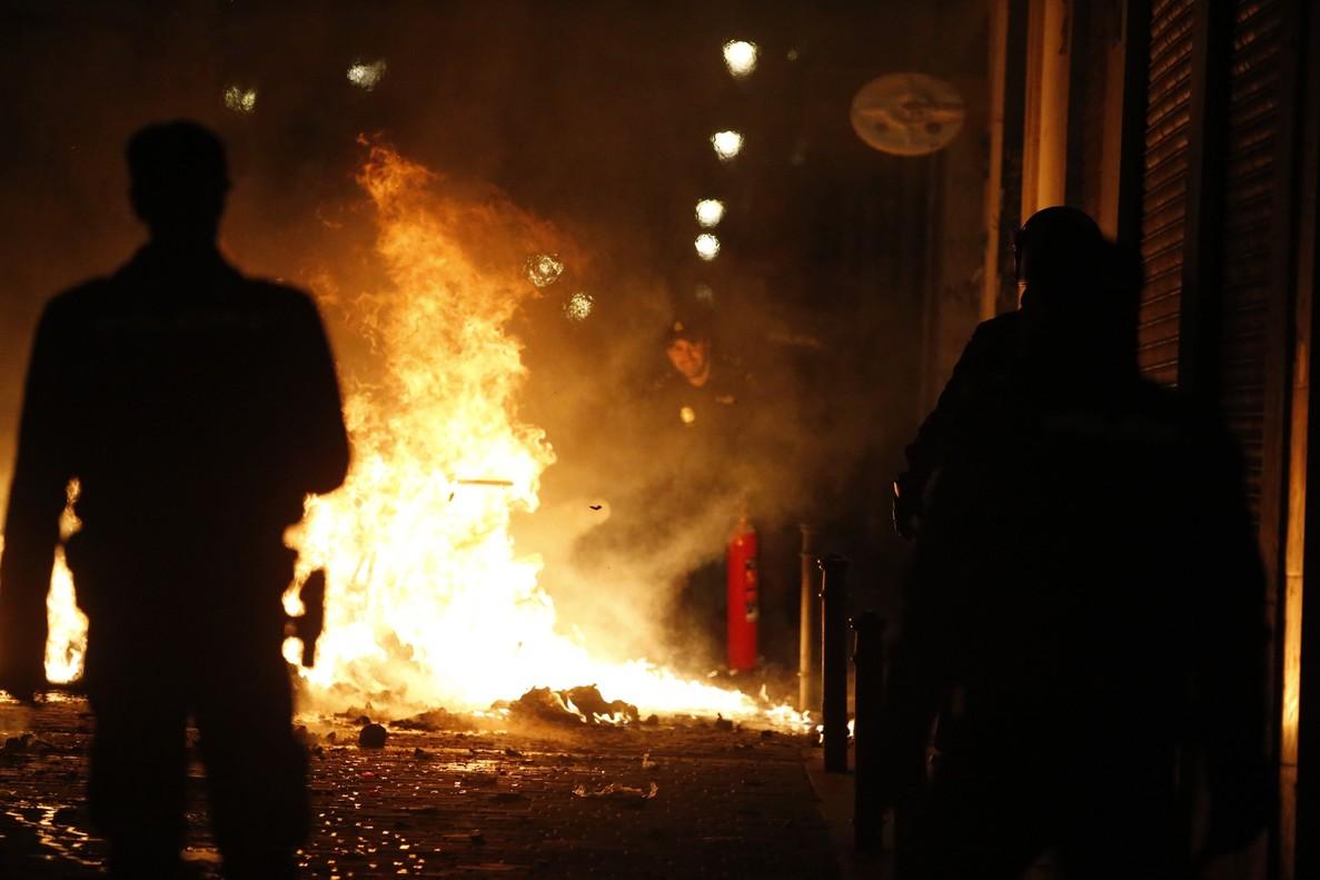 GRAF3246 MADRID 15 03 2018 - Contenedores incendiados en la calle Meson de Paredes con la calle del Oso en el barrio de Lavapies de Madrid tras la muerte de un mantero de un paro cardiaco durante un control policial contra el top manta en el barrio de Lavapies de Madrid Tras el suceso se han concentrado decenas de personas en protesta contra la presion policial que existe en la zona contra los vendedores del top manta EFE JAVIER LIZON