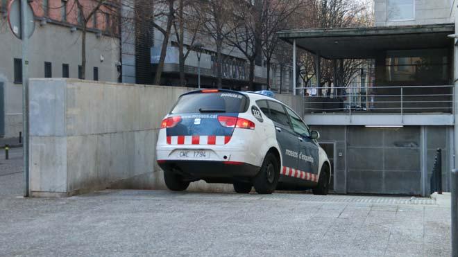 La mujer detenida por ahogar a su hija en la bañera entra en los juzgados de Girona en un coche de los Mossos.