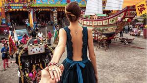 Natalia Zakharova coge la mano de Murad Osmann, en Taiwán.