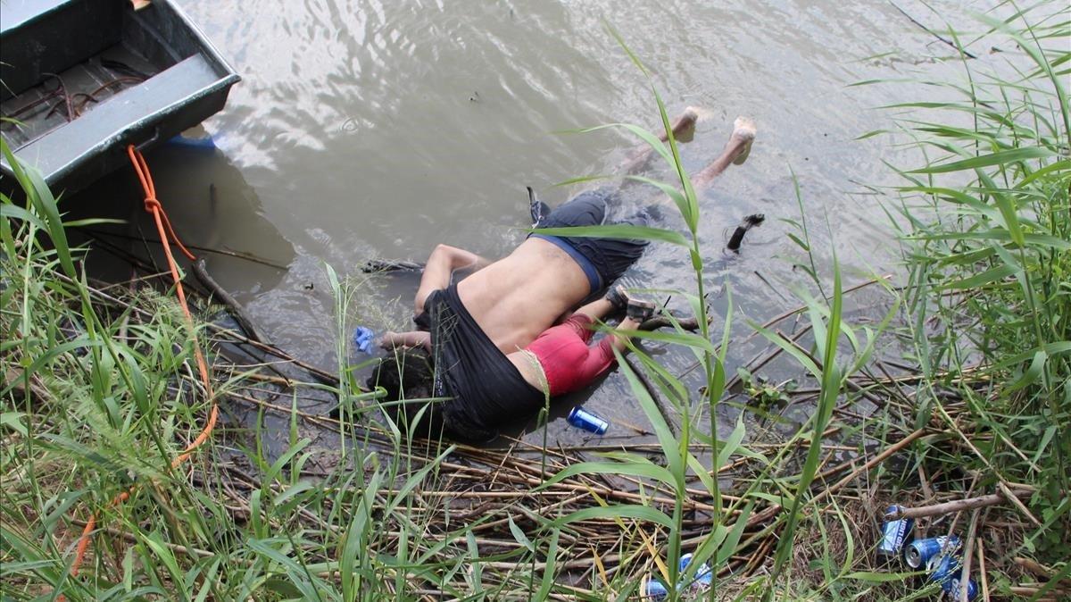 Fotografia a los cuerpos sin vida de ÓscarAlberto Martínez y su hija Valeria en el rio Bravo.