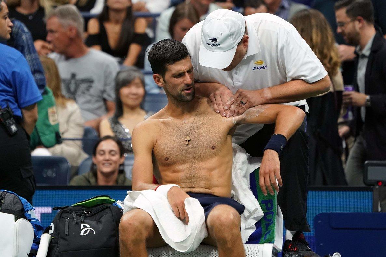 Novak Djokovic, atendido por molestias en el hombro, durante el partido contra Londero.