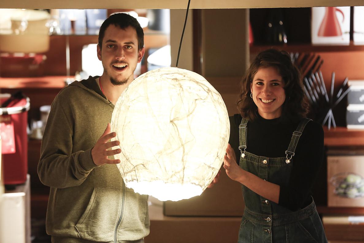 Octavi Serra y Clara Romaní, con una de sus lámparas recicladas.