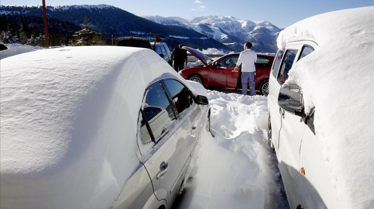 Coches nevados en la Collada de Toses.