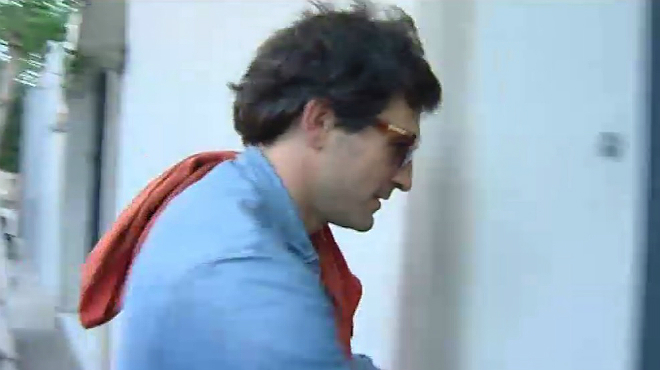 Oleguer Pujol llegando a casa tras negarse a declarar en la comisaria.