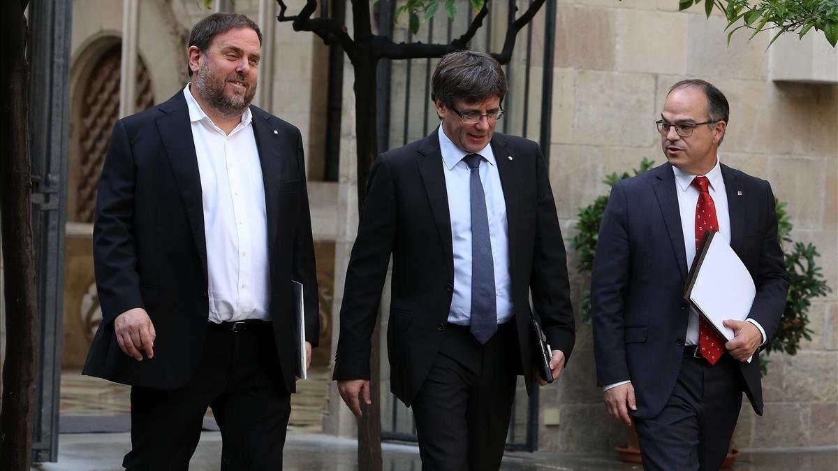 Oriol Junqueras, el president Carles Puigdemont y Jordi Turull se dirigen a la reunión del Govern, esta mañana.