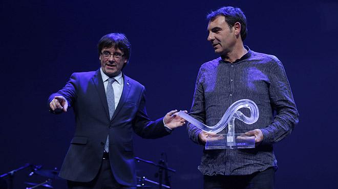 Òscar Camps recibe el premio Català de lAny 2015 en la gala celebrada en el TNC.