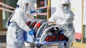 Un paciente sospechoso de tener el coronavirus, a su llegada a un hospital de Corea del Sur.