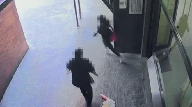 La cámara de seguridad del edificio registró la paliza de una mujer a su hija de 12 años en Barcelona, el 19 de abril.