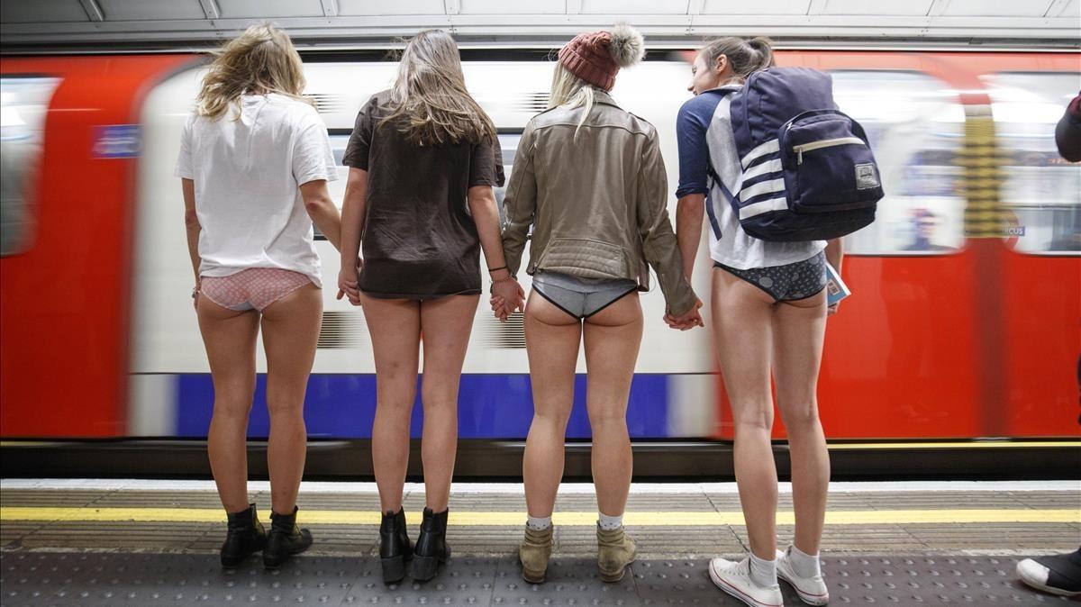 Pasajeros esperan al metro en Londres.