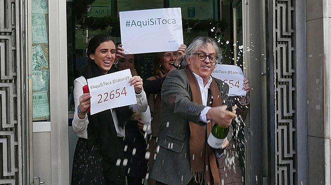 La administración número 97 de Barcelona, situada en la plaza de Urquinaona, reparte una parte del primer premio del Niño.