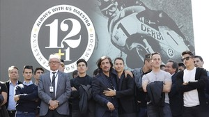 Pedrosa, Viñales, Lorenzo, Pol Espargaró y Márquez, junto a uno de los hijos de Nieto en el homenaje de hoy en Madrid.