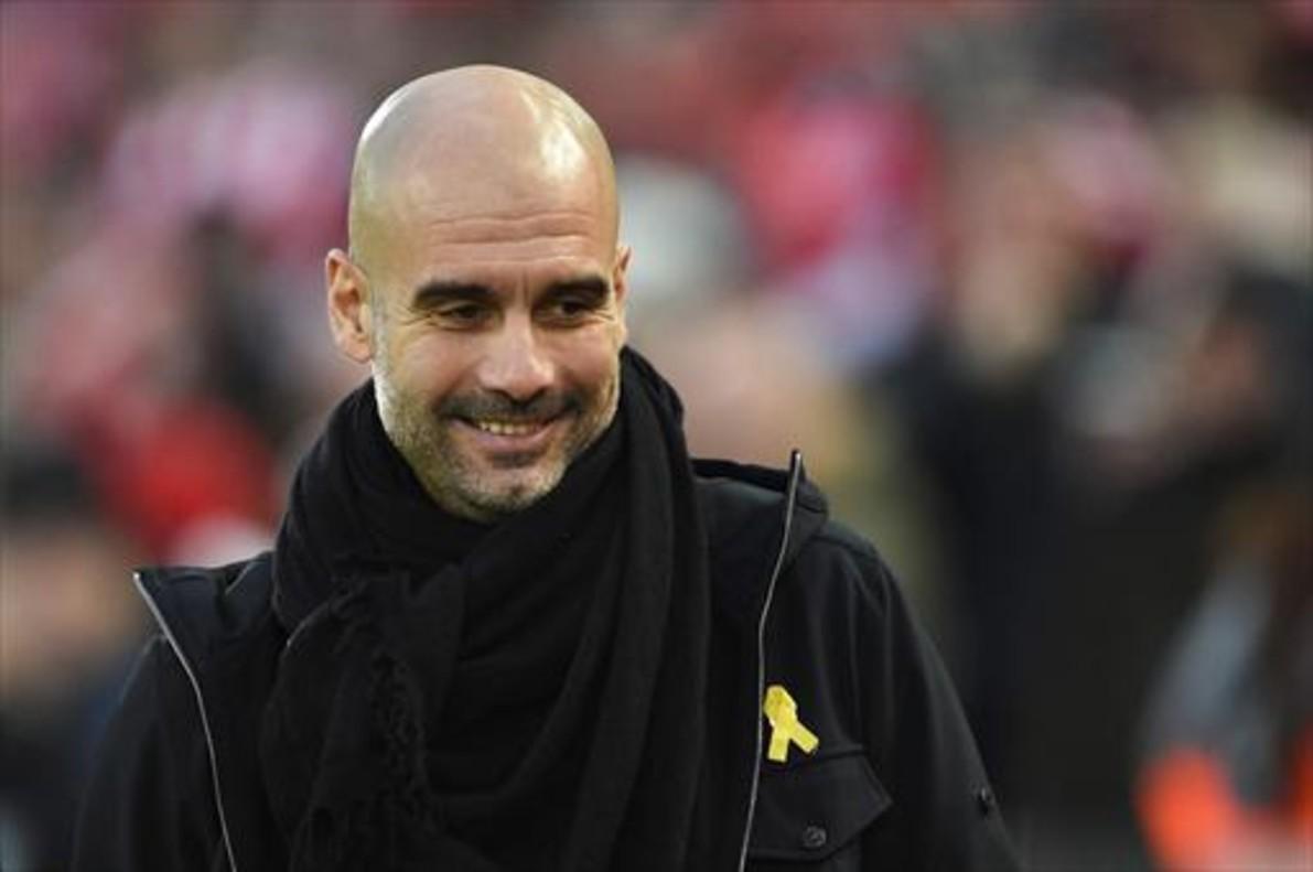 Pep Guardiola, el técnico del Manchester City, luce el lazo amarillo en un partido de la Premier.