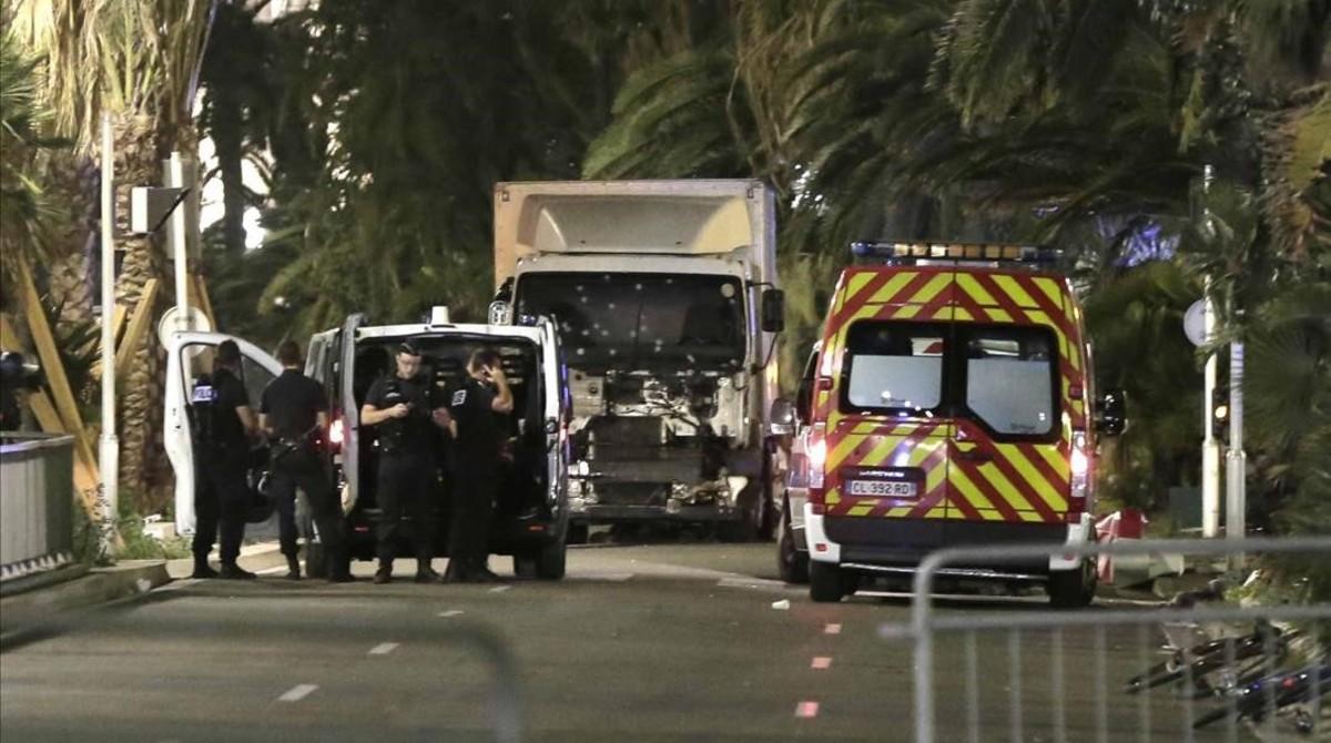 Policías permanecen junto al camión que arremetió contra la multitud en Niza, el 14 de julio.
