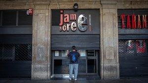 Ramón Sosa,encargado de la discoteca Jamboree de la Plaza Reial, cerrando la puerta.