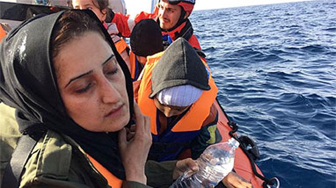 Así les hemos contado el rescate de refugiados desde el 'Golfo Azzurro' frente a la costa de Libia