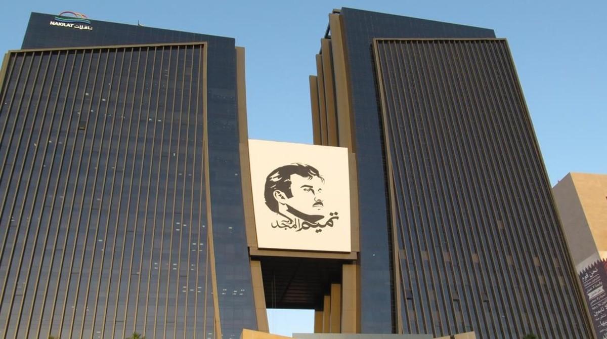 El retrato del emir de Catar, Tamim, el glorioso, entre dos de los rascacielos de Doha (Catar).