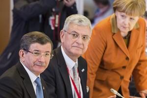 La cancillera alemana, Angela Merkel, y el primer ministro turco, Ahmet Davutoglu, en Bruselas.