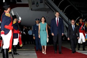 Los reyes de Espana Felipe VIy Letizia durante su llegada a Argentina.
