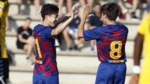 Riqui Puig felicita a Hiroki Abe tras el gol que marcó éste al Llagostera (1-1).