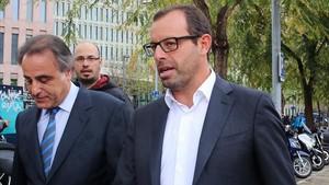 El abogado Pau Molins y el expresidente del Barça, el pasado abril en Barcelona.
