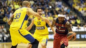 Rice trata de escaparse de Ohayon y Zirbes en el partido del Barça ante el Maccabi disputado en Israel.