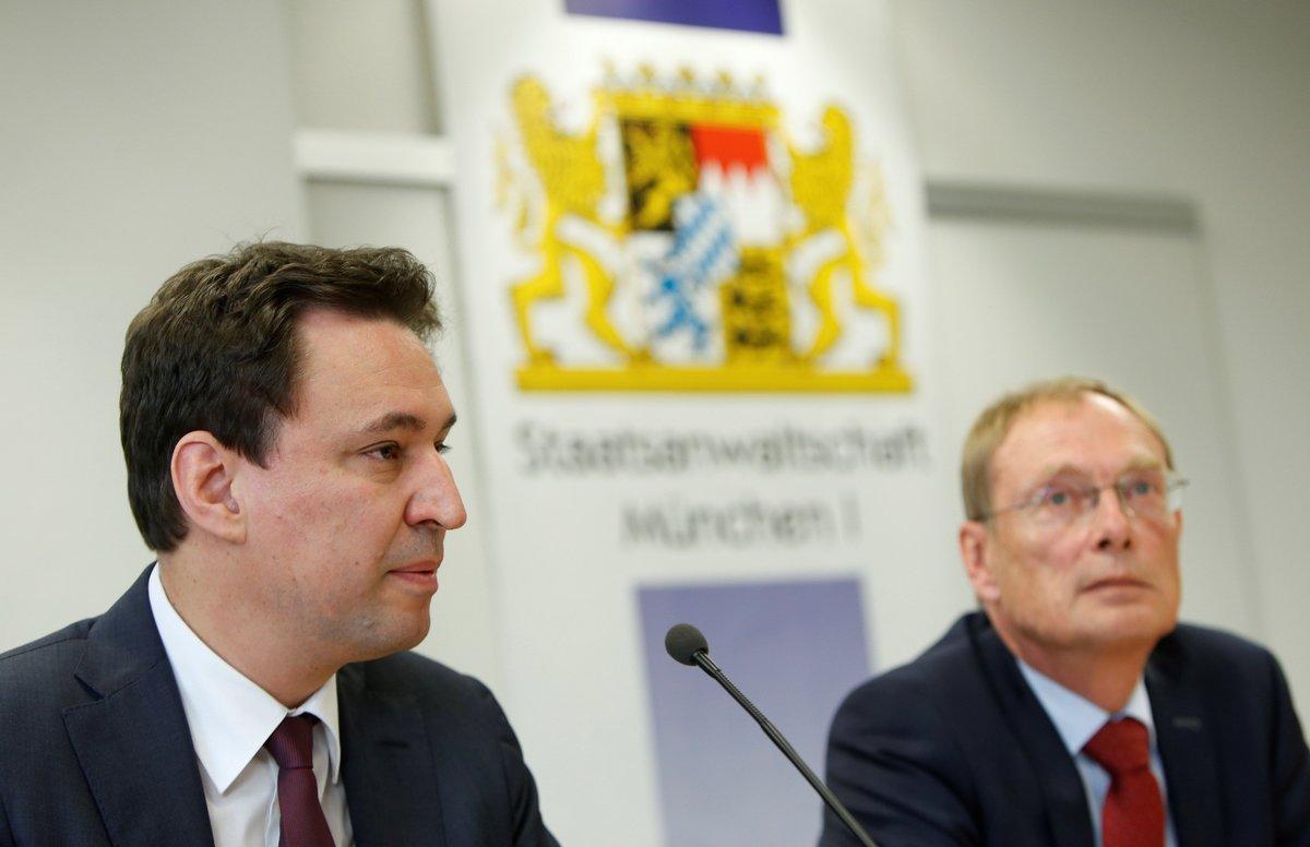 EPA7979. MÚNICH (ALEMANIA), 20/03/2019.- El ministro de Justicia bávaro, Georg Eisenreich (i), y el fiscal federal alemán Hans Kornprobst asisten a una rueda de prensa sobre dopaje en el mundo del deporte, este miércoles, en Múnich, Alemania. Un total de nueve personas fueron detenidas en Austria y Alemania a finales del mes febrero acusados de formar parte de una red de dopaje o de haber recurrido a dopaje sanguíneo. EFE/ Michaela Rehle