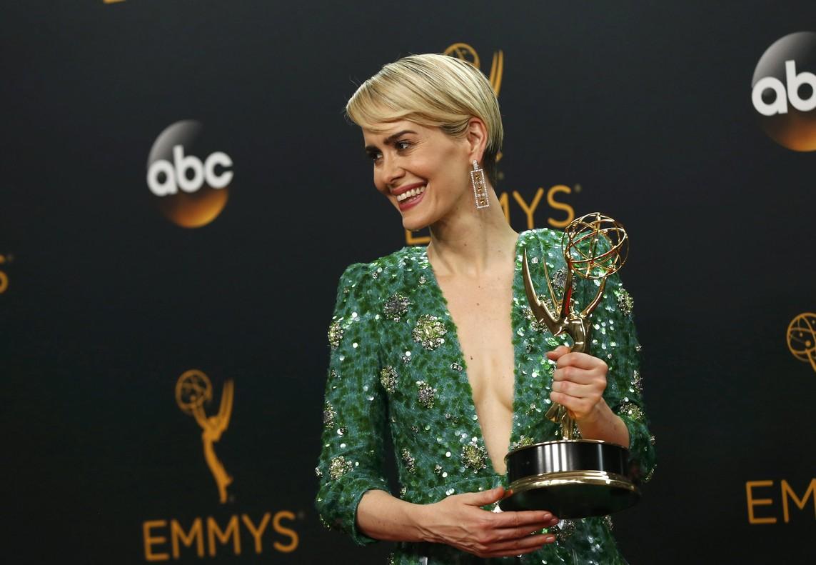 Sarah Paulson, con el Emmy a mejor actriz por The People v. O. J. Simpson.