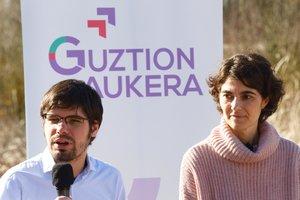 El ex secretario general de Podemos Euskadi, Lander Martínez, junto a Rosa Martínez.