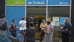 Personas a las puertas de las oficinas públicas de empleo para tramitar sus prestaciones o realizar consultas.