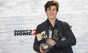 Shawn Mendes con los tres premios conseguidos.